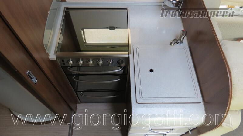 Camper Mc Louis Nevis 872 motorhome con letto centrale e portamoto nuovo  in vendita a Alessandria - Immagine 5