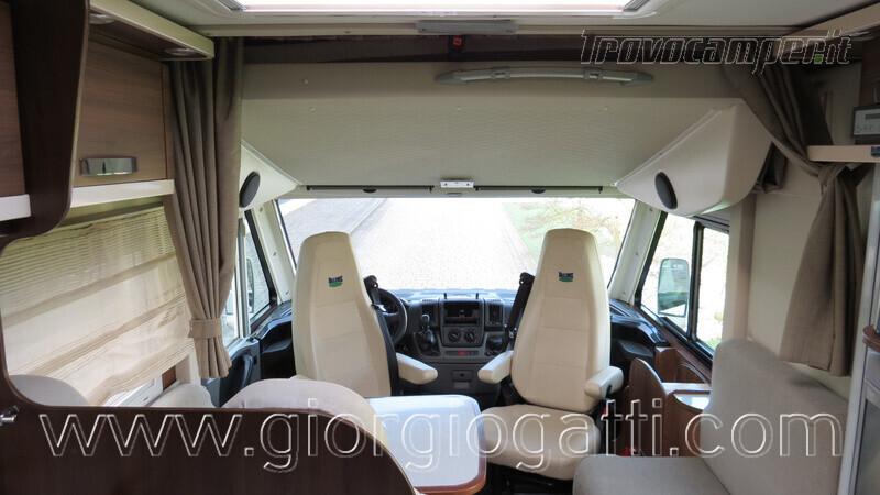 Camper Mc Louis Nevis 872 motorhome con letto centrale e portamoto nuovo  in vendita a Alessandria - Immagine 10
