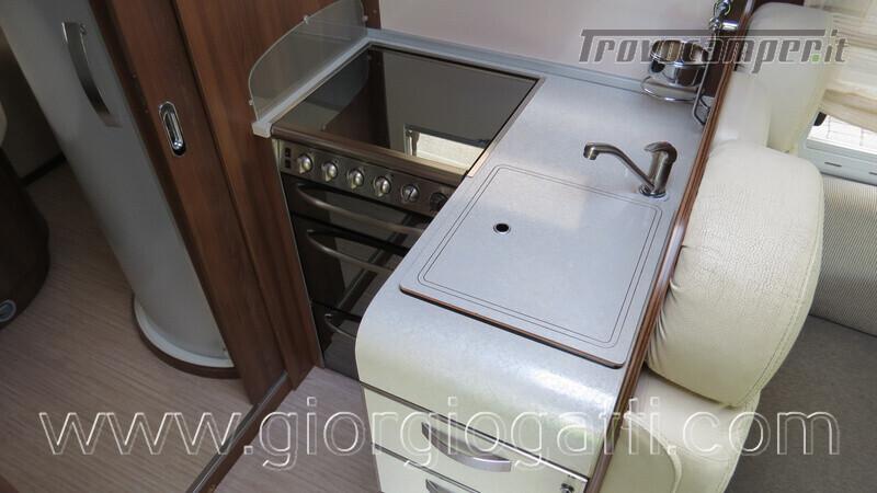 Camper Mc Louis Nevis 872 motorhome con letto centrale e portamoto nuovo  in vendita a Alessandria - Immagine 13
